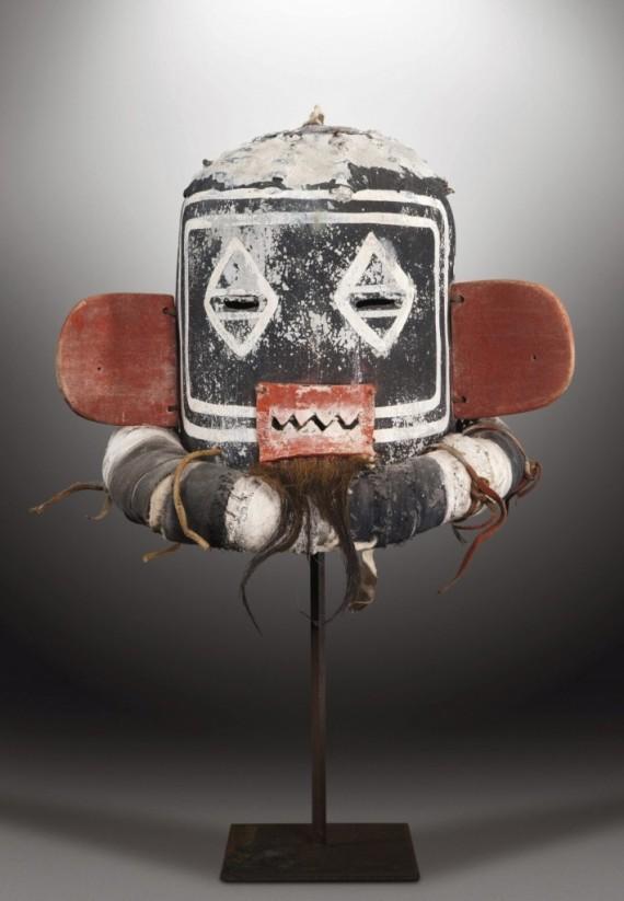 7 hopi-reclaman-la-suspensión-de-una-subasta-de-máscaras-en-París-709x1024